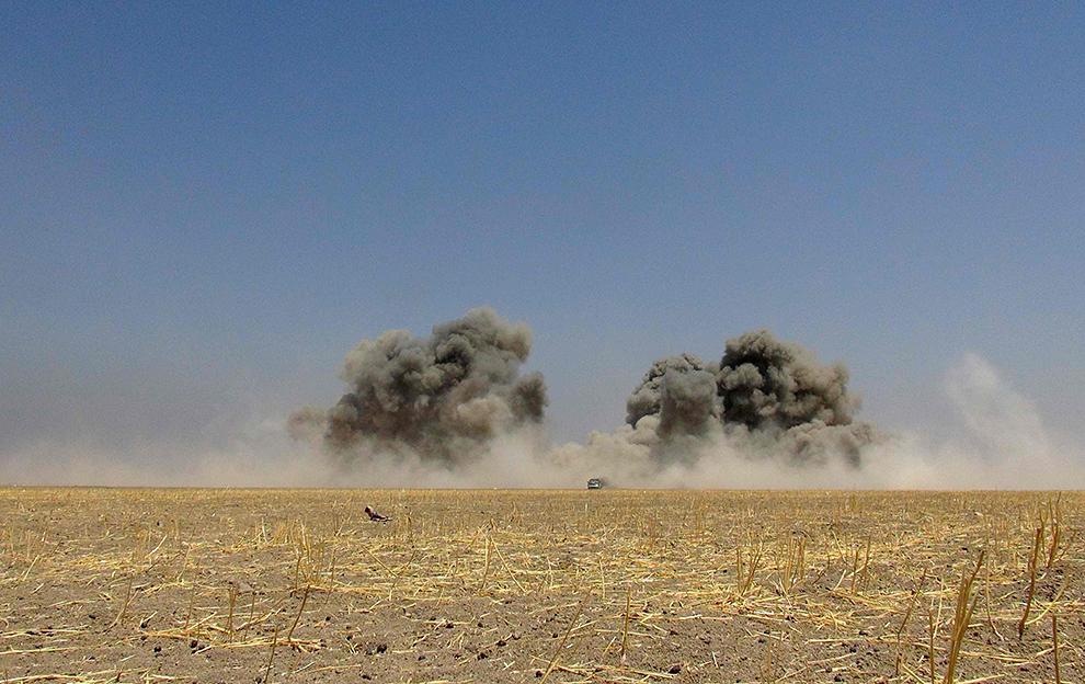 Объятая пламенем подбитая «вертушка» могла свалиться на населенный пункт, но экипаж до последней секнуды пытался отвести ее от городка и дороги Фото: EASTNEWS/AFP