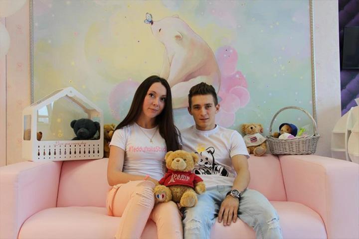 Давид и Мария в их салоне красоты. Фото: официальная группа Давида Белявского в ВК.