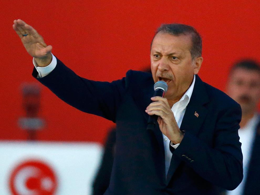 Впереди может последовать очередная «цветная революция» или физическое устранение турецкого президента. Так что, за Эрдоганом сейчас ведется серьезная охота