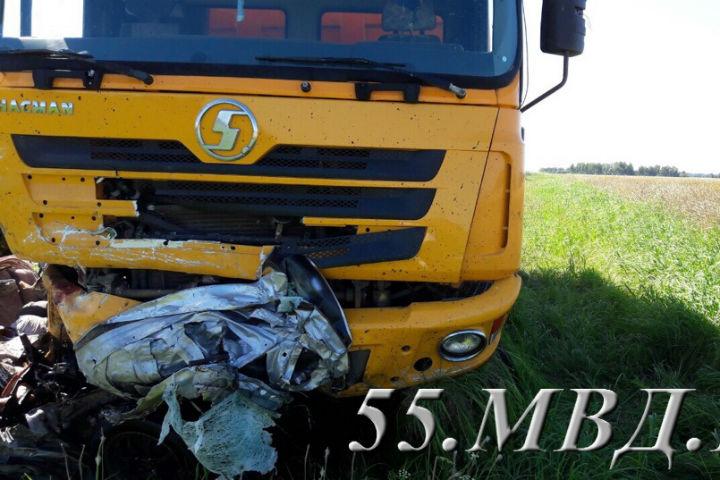 ВОмской области влобовом столкновении самосвала илегковушки погибло 3 человека
