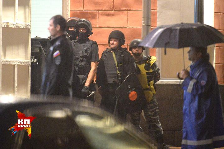 Взахваченном отделении «Ситибанке» остается один заложник
