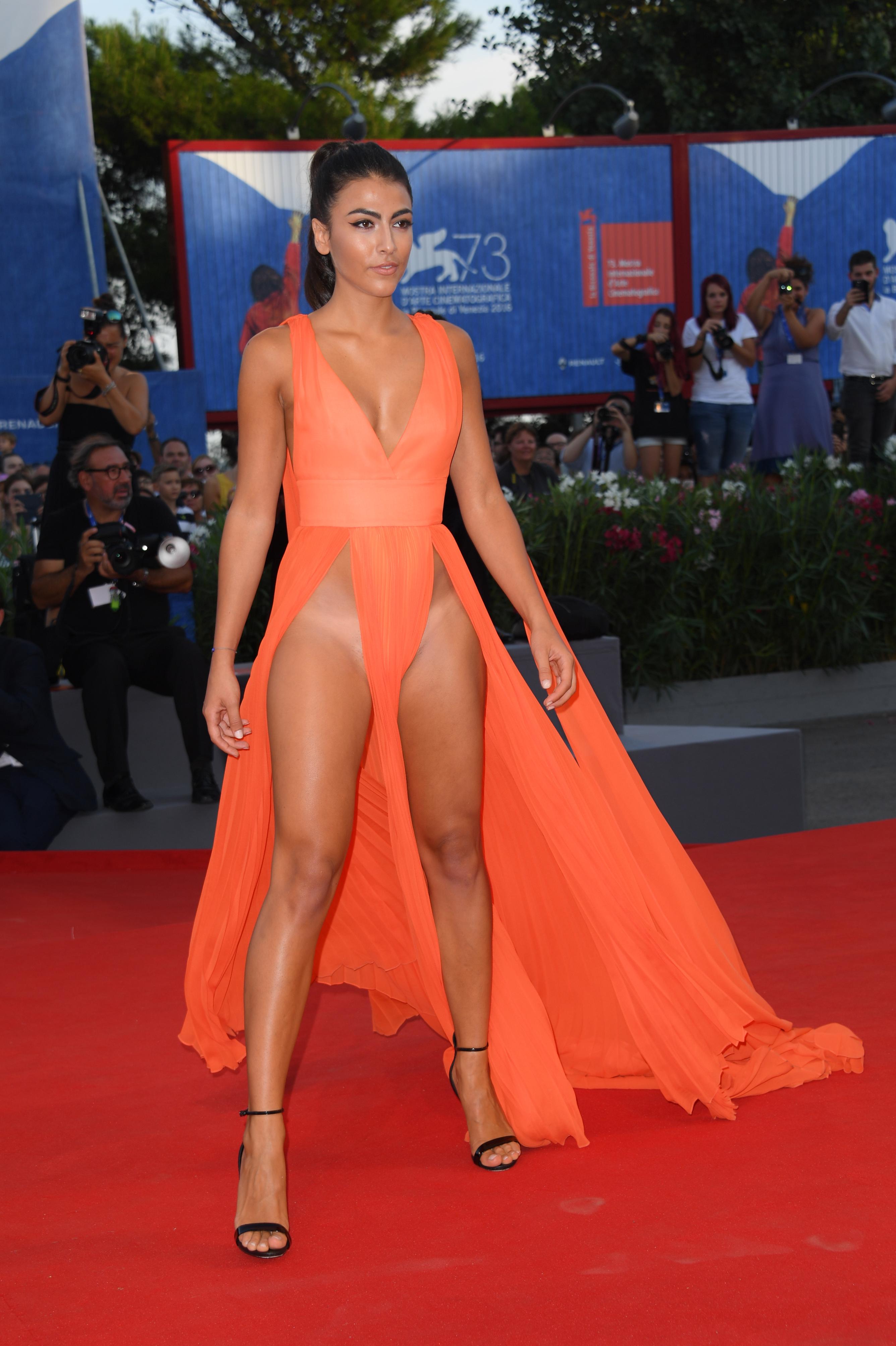 Джулиана Салеми появилась на красной дорожке в ярко-оранжевом наряде с глубоким декольте. Фото: GLOBAL LOOK PRESS