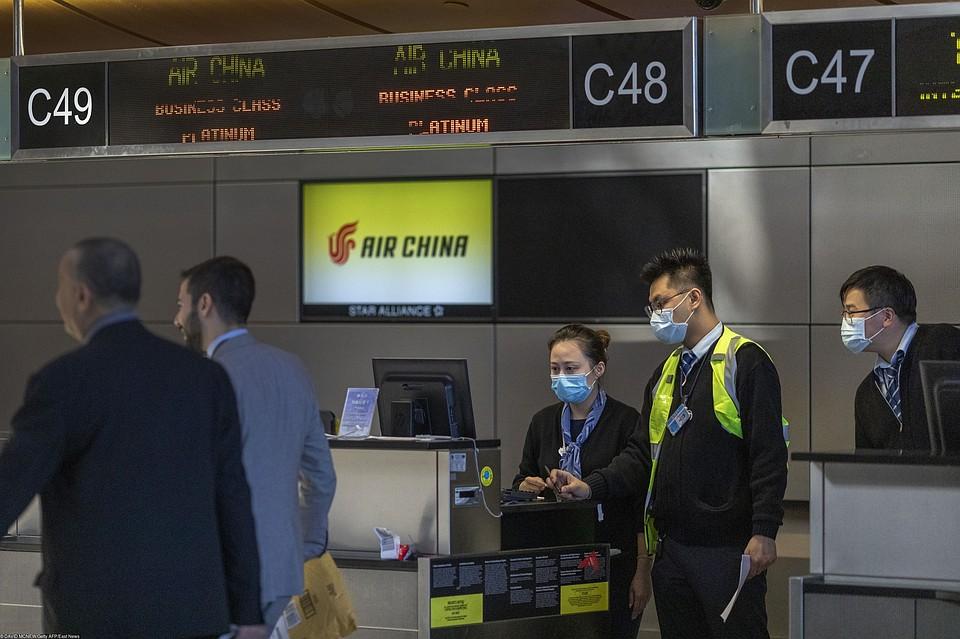 Сотрудники авиакомпании Air China встречают пассажиров рейса из Китая, аэропорт Лос-Анджелеса. Фото: EAST NEWS