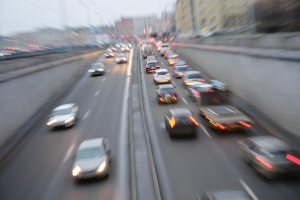Москвичи стоят в пробках 128 часов за год – на сутки меньше, чем жители Петербурга. Фото: Артем КИЛЬКИН