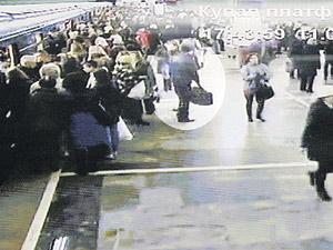 17.43 (время местное). Станция метро «Купаловская».  Террорист приехал сюда с «Фрунзенской», в руках у него спортивная сумка. Совсем рядом дежурный милиционер разговаривает с контролером.