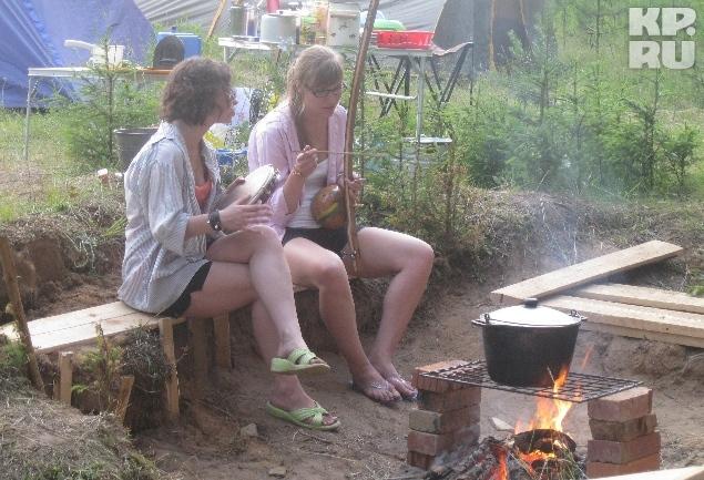 Никаких бытовых приборов в лагере нет - стирают в речке, а готовят на костре. Фото: Валерия ВЕРХОРУБОВА