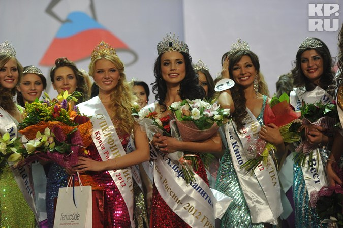 Конкурсантки во главе с победительницей. Фото: Владимир ВЕЛЕНГУРИН