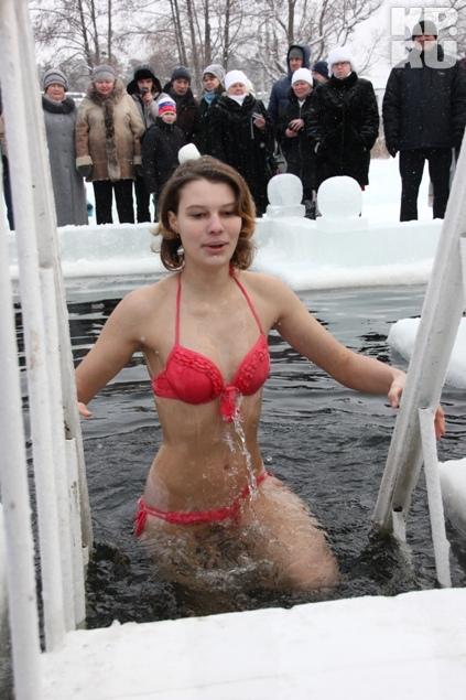 Красивые девушки вдохновляли многих на заход в ледянную воду. Фото: Николай АЛЕКСАНДРОВ