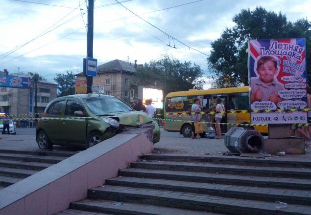 """""""Марч"""" влетел в остановку на высокой скорости Фото: Борис КОКУРИН"""