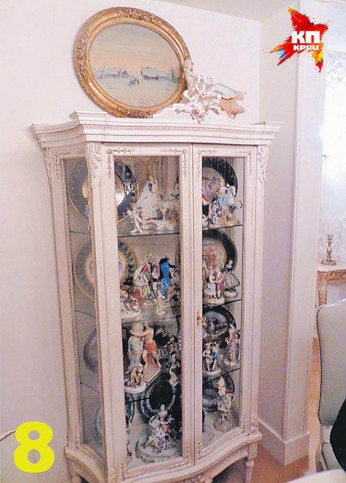 К фарфоровым фигуркам у «оборонной принцессы», видимо, особая страсть. Резные шкафчики с такими дорогими «игрушками» стоят во многих комнатах знаменитой квартиры.