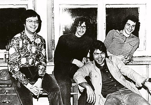 1977 год. Андрей Давидян (на фото - в пиджаке) создает группу «Виктория»...