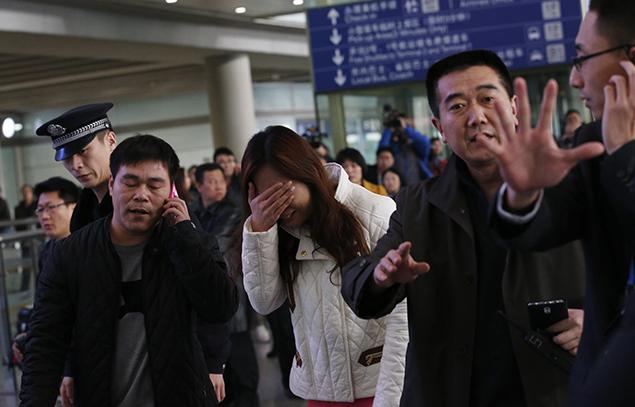 Родственники пассажиров потрясены новостью о возможной трагедии Фото: REUTERS