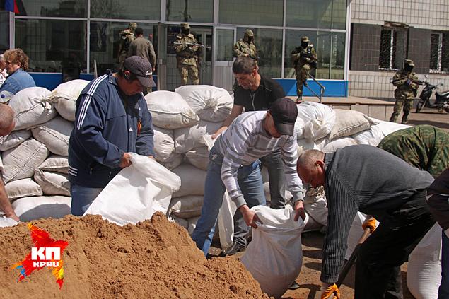 У Горсовета кипела революция и медленно росла стена из белых мешков с песком