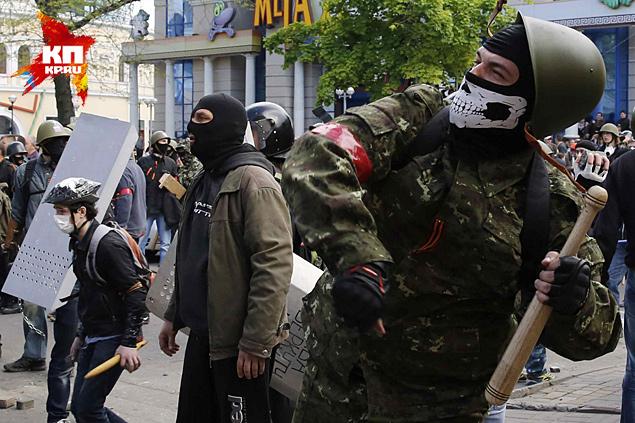 Кто эти люди с оружием и в красных повязках, которые участвовали в событиях и проходили инструктаж у милиционеров Фото: REUTERS