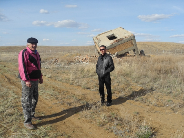 Гигантский куб рядом с радиоактивными отвалами - единственное, что осталось от урановой шахты. И от прежней жизни… Фото: Ульяна СКОЙБЕДА