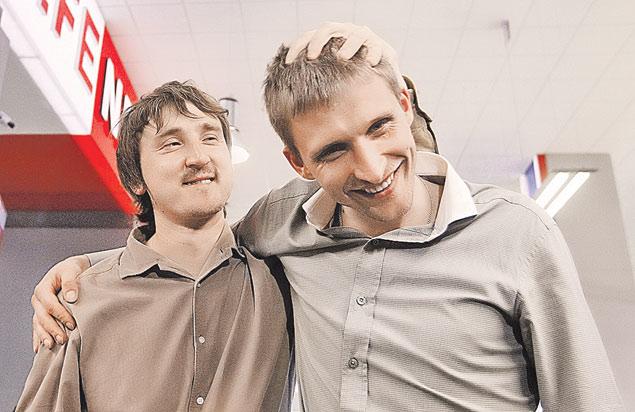 Российские журналисты Марат Сайченко (слева) и Олег Сидякин в стенах родной редакции после освобождения дали волю эмоциям. Фото: REUTERS