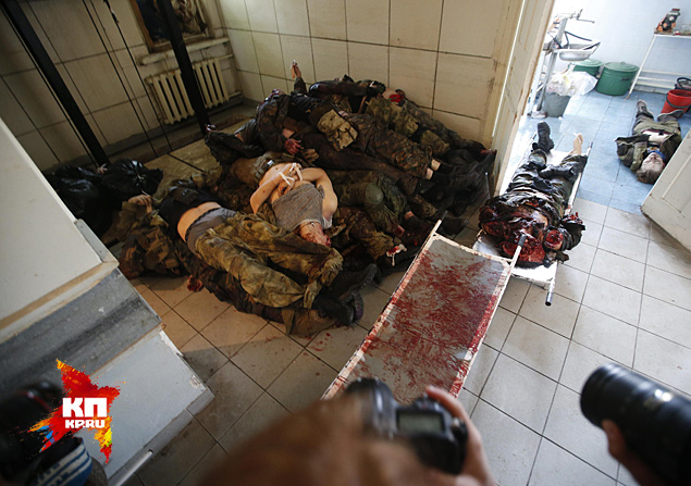 Смазливая ведущая, комментируя страшные кадры окровавленных тел, читает по бумажке: ополченцы с горы Карачун обстреляли Славянск Фото: REUTERS