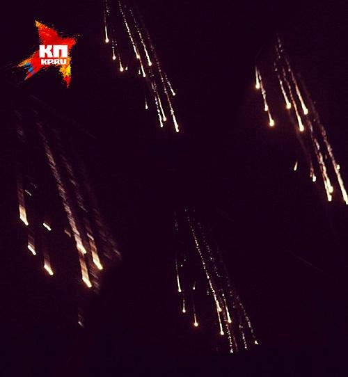 Традиционный вечерний обстрел пригородов Cлавянска начался минувшей ночью около 23:00. Сначала заговорили минометы, за ними — танки, потом тяжелая артиллерия. А около полуночи небо вдруг осветилось множеством светящихся шаров, которые, разлетаясь пучками, Фото: Александр КОЦ