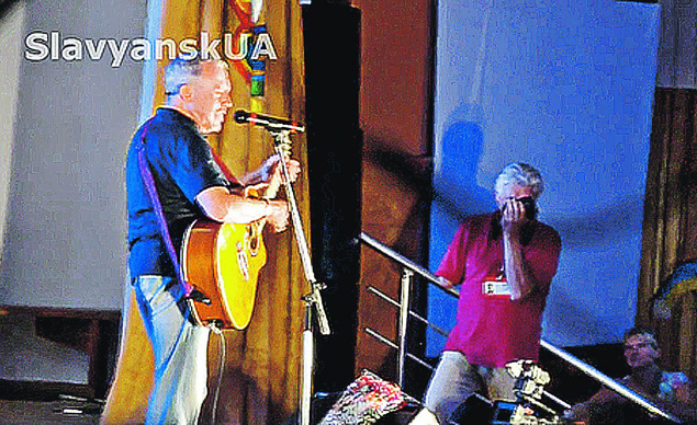 Певец уже побывал в разрушенном хунтой Славянске и спел три песни для жителей Святогорска Фото: СОЦСЕТИ