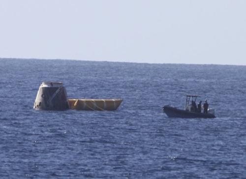 А Dragon умеет приземляться и на сушу, и в море. Фото SpaceX.