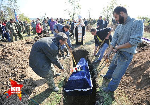В соседние могилы опустили гробы с ополченцами ДНР и красноармейцев, павших на Саур-Могиле в 1943 году Фото: Виктор ГУСЕЙНОВ
