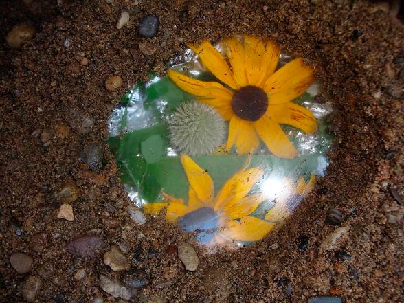 Две главные составляющие секретика - подходящее стекло и «красивости». Фото 44konverta.com.