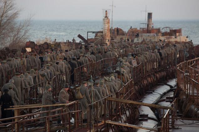 Солдаты и офицеры армии Врангеля ждут отправки в эмиграцию, понимая, что теряют навсегда не только свою Родину, но и самих себя. Фото: предоставлено кинокомпанией «Три Т».