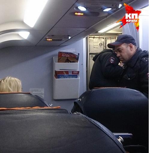 Выводить Лопыреву с самолета пришлось трем полицейским Фото: Андрей ГОРБУНОВ