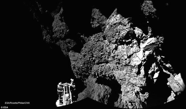 """Снимок кометы, который """"Филы"""" сделал на подлете к ней."""
