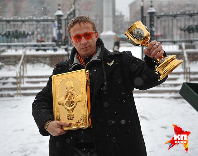 В дар храму Иван Охлобыстин передал чашу для святого причастия и чиновнИк для служения Литургии Фото: Виктор ГУСЕЙНОВ
