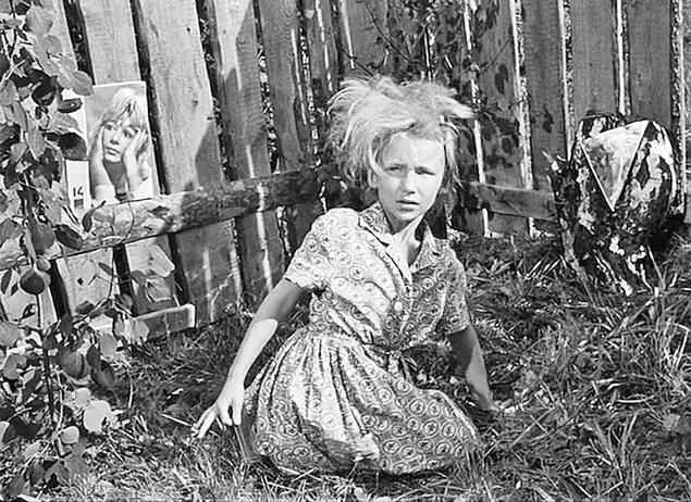 Вместо того чтобы изображать царицу полей кукурузу, пионерка Митрофанова пыталась сделать модную прическу. Фото: кадр из фильма.