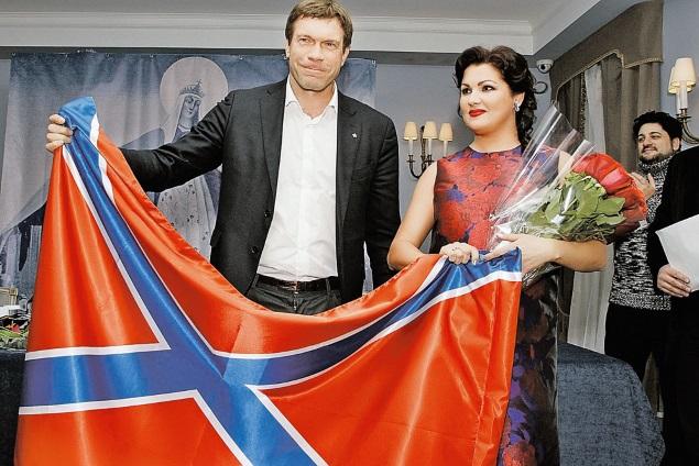 За фото с флагом Новороссии австрийцы хотят лишить оперную звезду гражданства (слева от Анны Нетребко председатель парламента Новороссии Олег Царев). Фото: GLOBAL LOOK PRESS