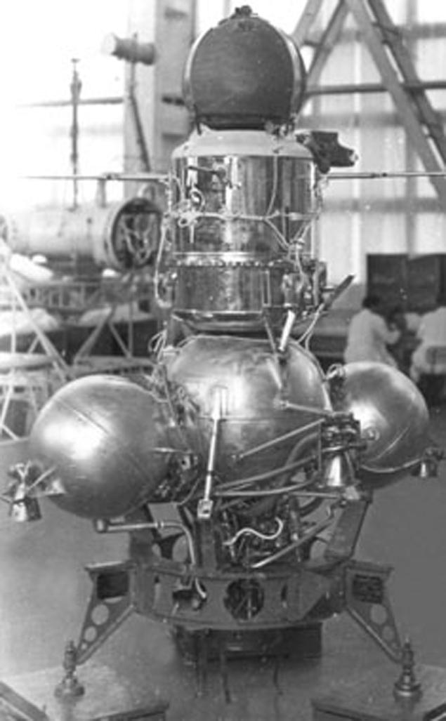 """Советская автоматическая станция """"Луна-16"""". Похожа на НЛО, снятый экипажем """"Аполлона-15"""". Но улетела с Луны раньше, чем туда прибыли американцы."""