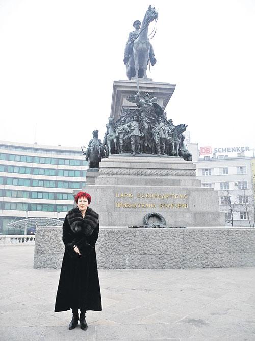 Дарья Асламова у памятника русскому царю Александру II в Софии, войска которого освободили Болгарию от турецкого ига. Увы, теперь многие братушки об этом забыли. Фото: Личный архив