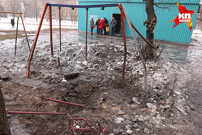 Воронка на месте детской площадки. Фото: Александр КОЦ, Дмитрий СТЕШИН