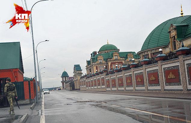 Дом депутата Госдумы Длимханова похож на дворец. Или на терминал аэропорта. Фото: Евгения ГУСЕВА