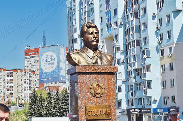 Памятники Сталину исчезли с улиц в 1956 году.  Но в последние годы появляются вновь. Этот бюст липецкие коммунисты установили  у своего офиса. Фото: Илья СТРЕБКОВ
