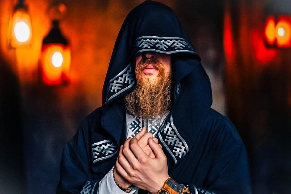 Как выглядит Нейромонах Феофан без капюшона и что он в нем видит