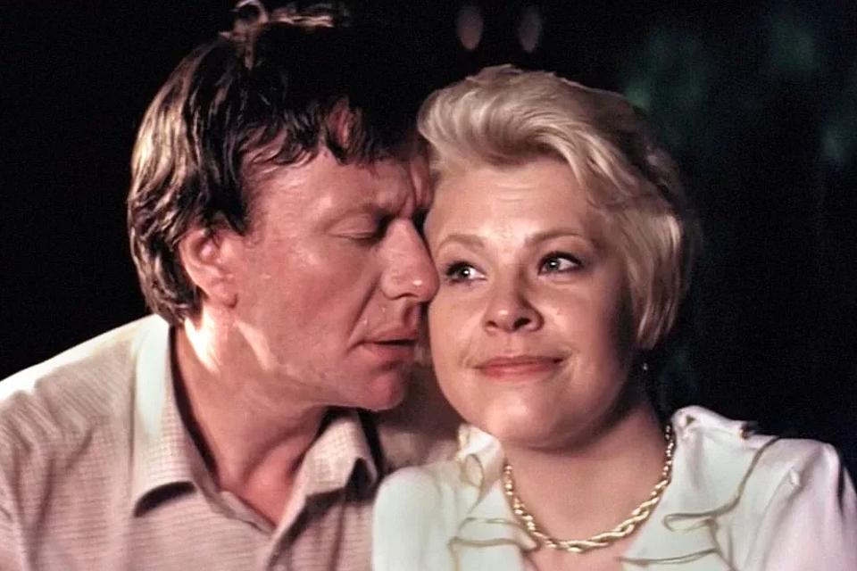 Фильм «Блондинка за углом»: почему картину о любви лузера и продавщицы гастронома не хотели выпускать на экран