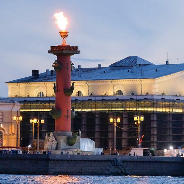 Зажжение факелов на Ростральных колоннах