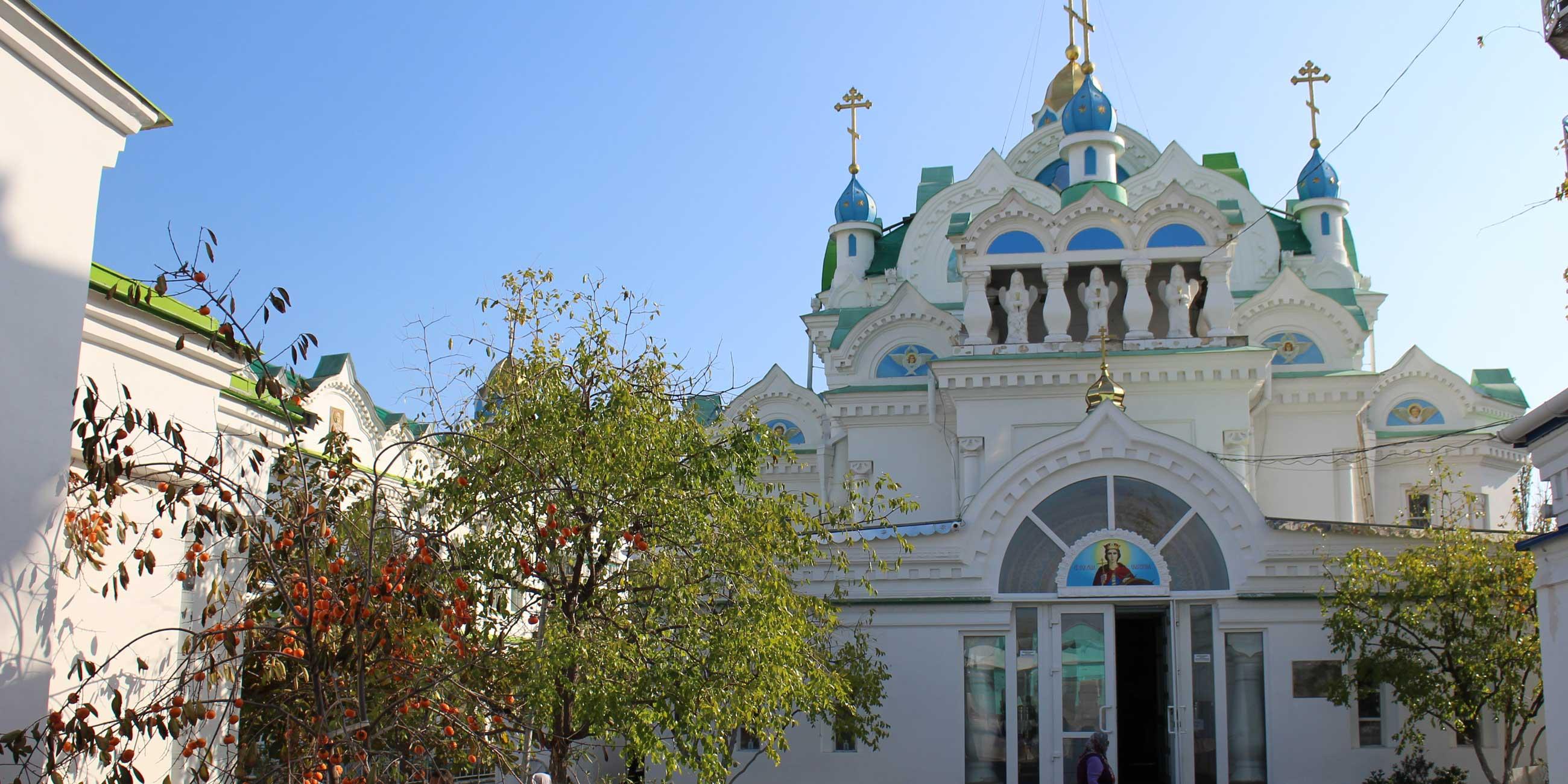 Храм Святой Екатерины украшают пять маленьких куполов, узкие стрельчатые окна и богатое убранство.Фото: Галина КОВАЛЕНКО,