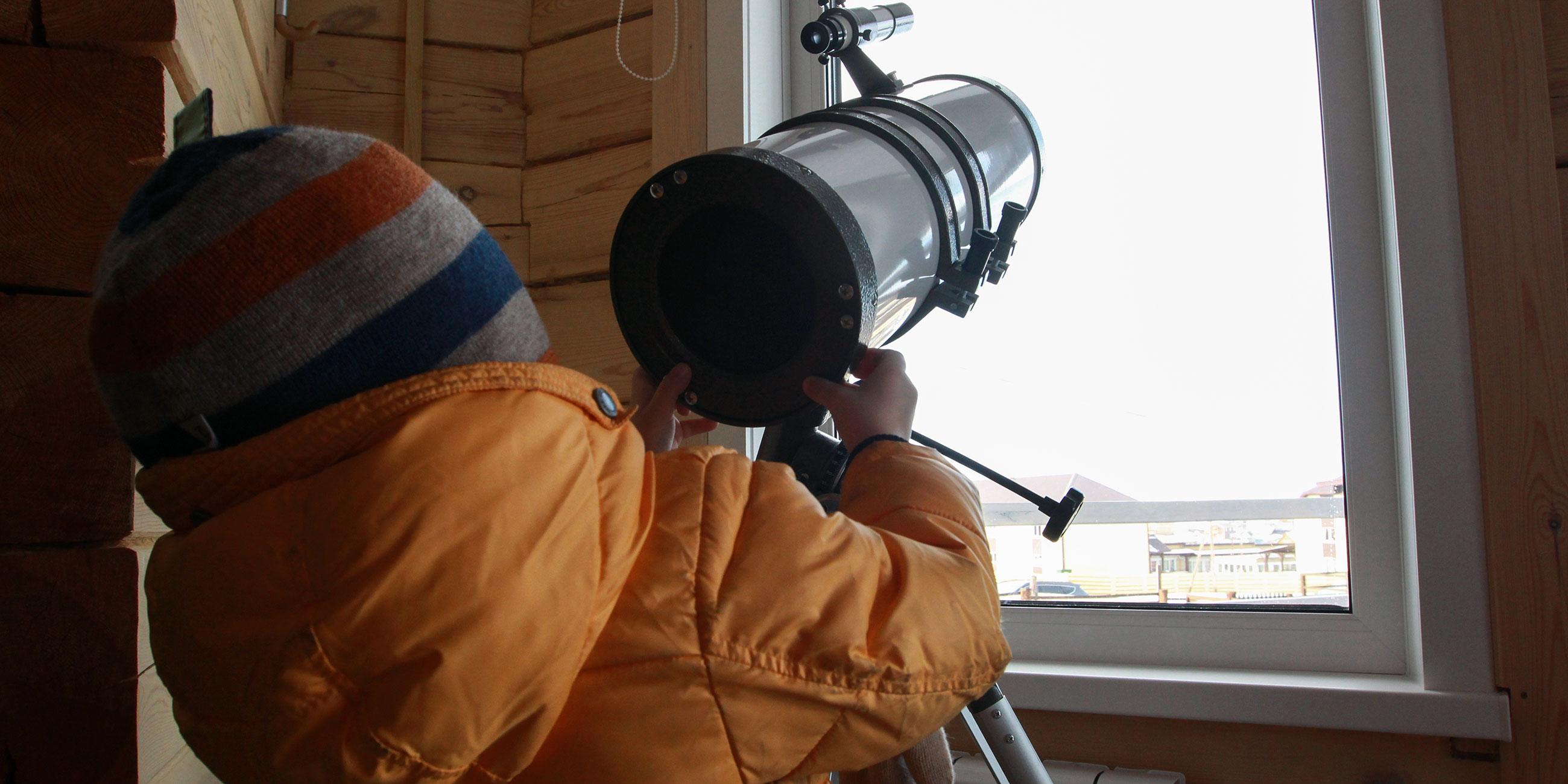 ребенок с телескопом