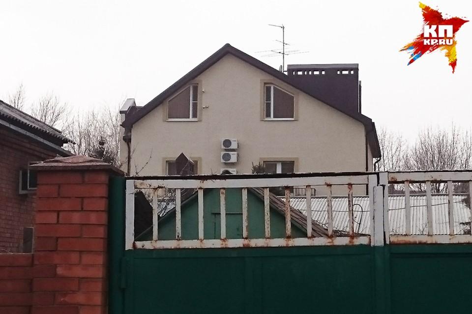 Дом Януковича можно сфотографировать только издалека.