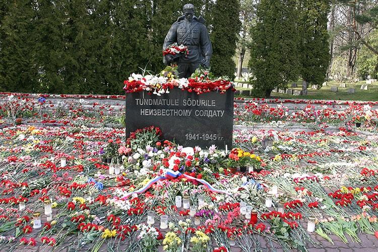 """Десять лет назад в Таллине разразился скандал с переносом """"Бронзового солдата""""."""