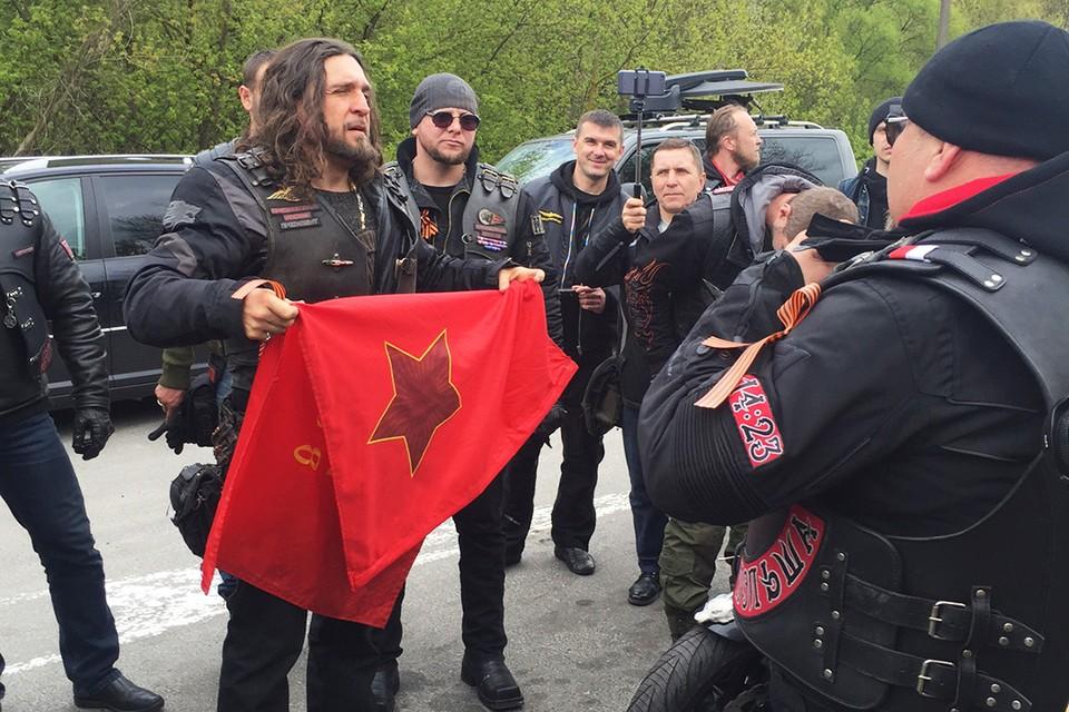 """Хирург был вынужден передать знамя Победы """"волкам"""", которых пропустили в Польшу"""