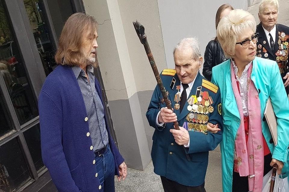Никас Сафронов пригласил в гости ветеранов и подарил трость бывшему танкисту