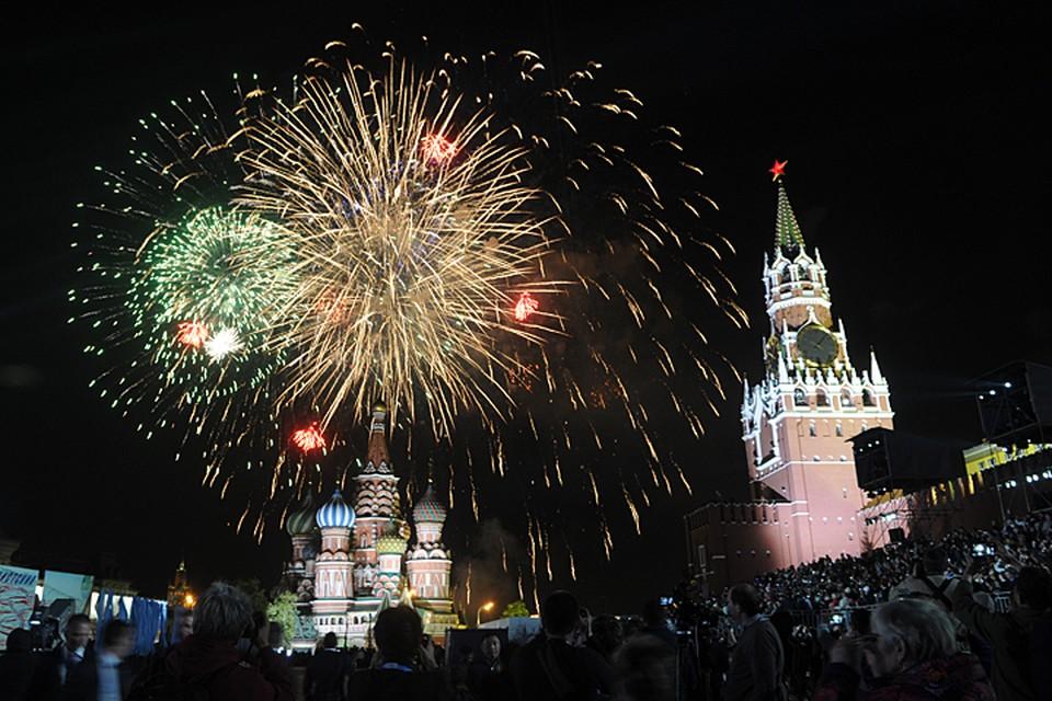 В ходе торжественного воинского ритуала вечернее небо украсят около 10 тысяч фейерверочных выстрелов
