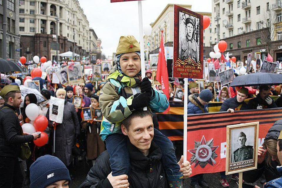 Фотографии родственников — прадедов, дедов, бабушек — народ с гордостью проносит по Тверской улице и Красной площади