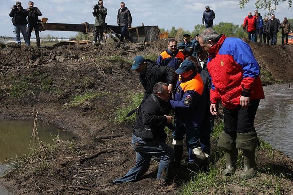 Все произошло так неожиданно, что в кадр попал только первый эпизод спасения, да и то самый хеппи-энд (крайний слева - наш Владимир Веленгурин, крайний справа - глава чрезвычайного ведомства Владимир Пучков).