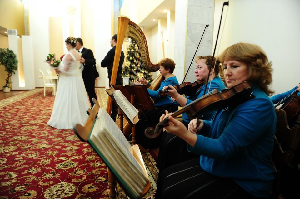 Во время церемонии бракосочетания в одном из столичных ЗАГСов. Фото ИТАР-ТАСС/ Зураб Джавахадзе